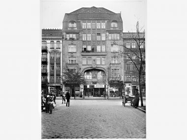 Wandsbeker_Chaussee_162_mit_Kino_Central_Theater_1913_v.d._Maxstr._aus.jpg